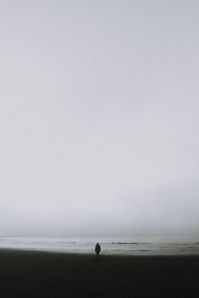 persona en blanco y negro